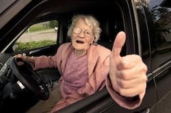 Oma wichst sich im Auto